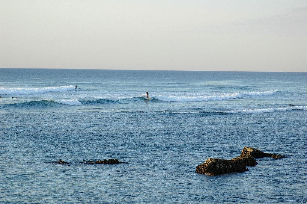 1024px-Guéthary_Surfeurs